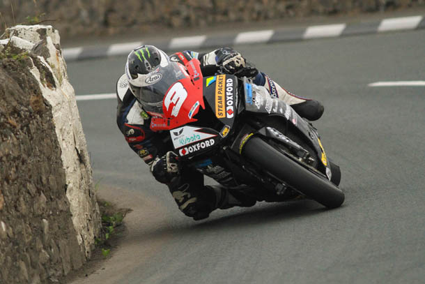 Southern 100 – Michael Dunlop Masters Tricky Conditions In Senior Race