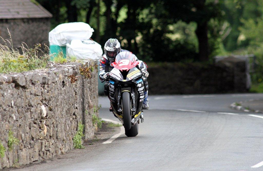 Southern 100 – Michael Dunlop Dominates Corlett's Trophies 600/1000 Race