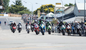 scott-moir-leads-f1-superbike-pack-at-whanganui-on-boxing-day-1m-craig-dawson-photo-a10_0057