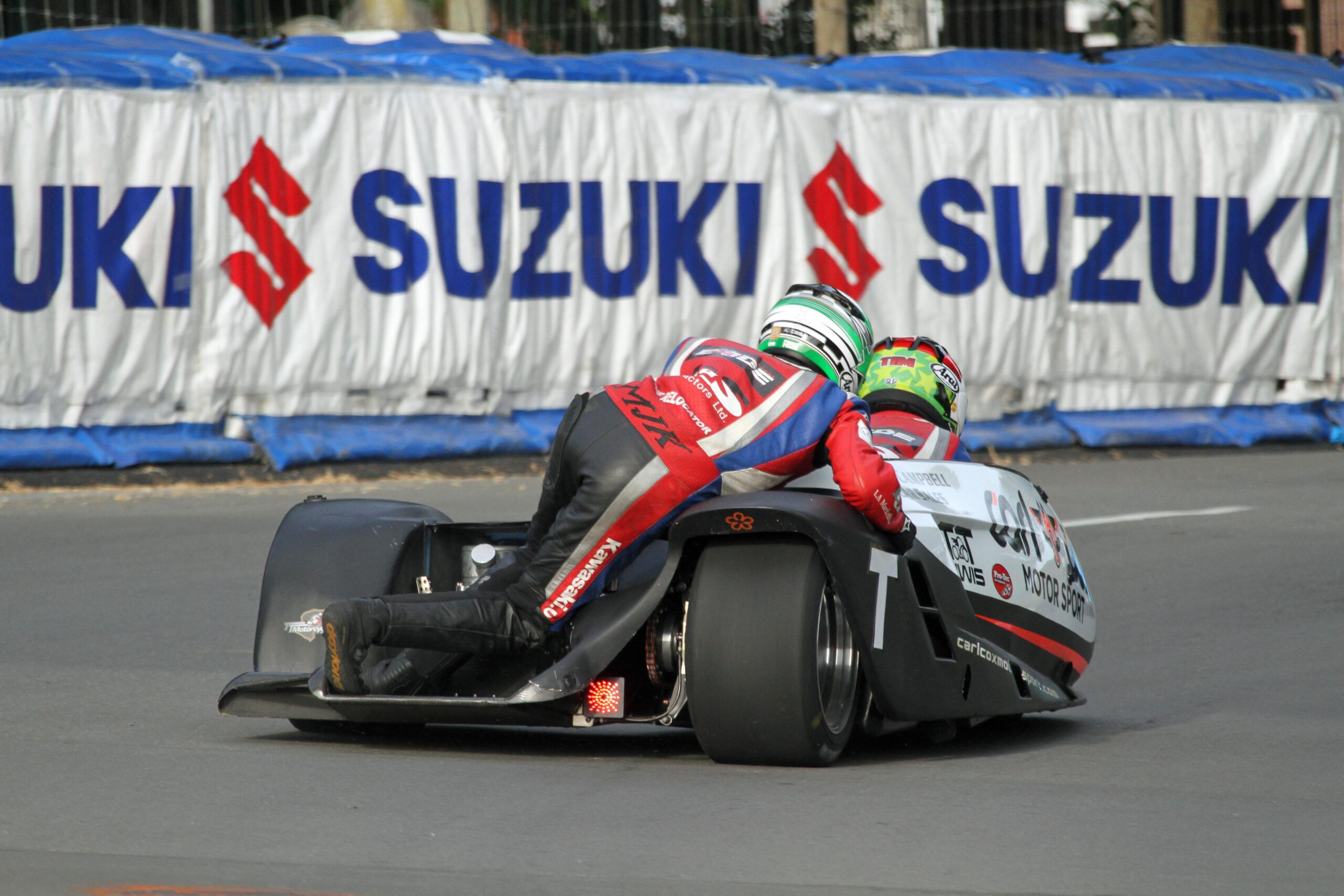 Cemetery Circuit Races: Reeves/Wilkes Dominate F1 Sidecar Class